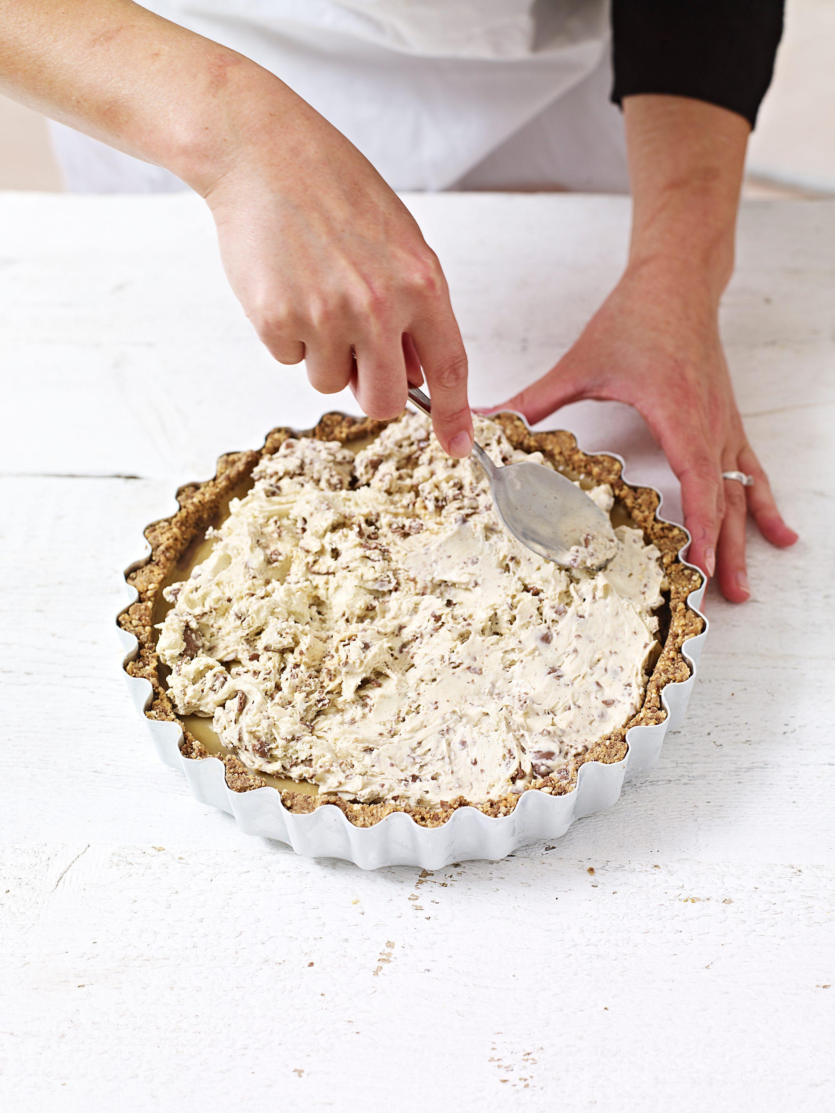 Adăugarea amestecului peste caramelul înghețat