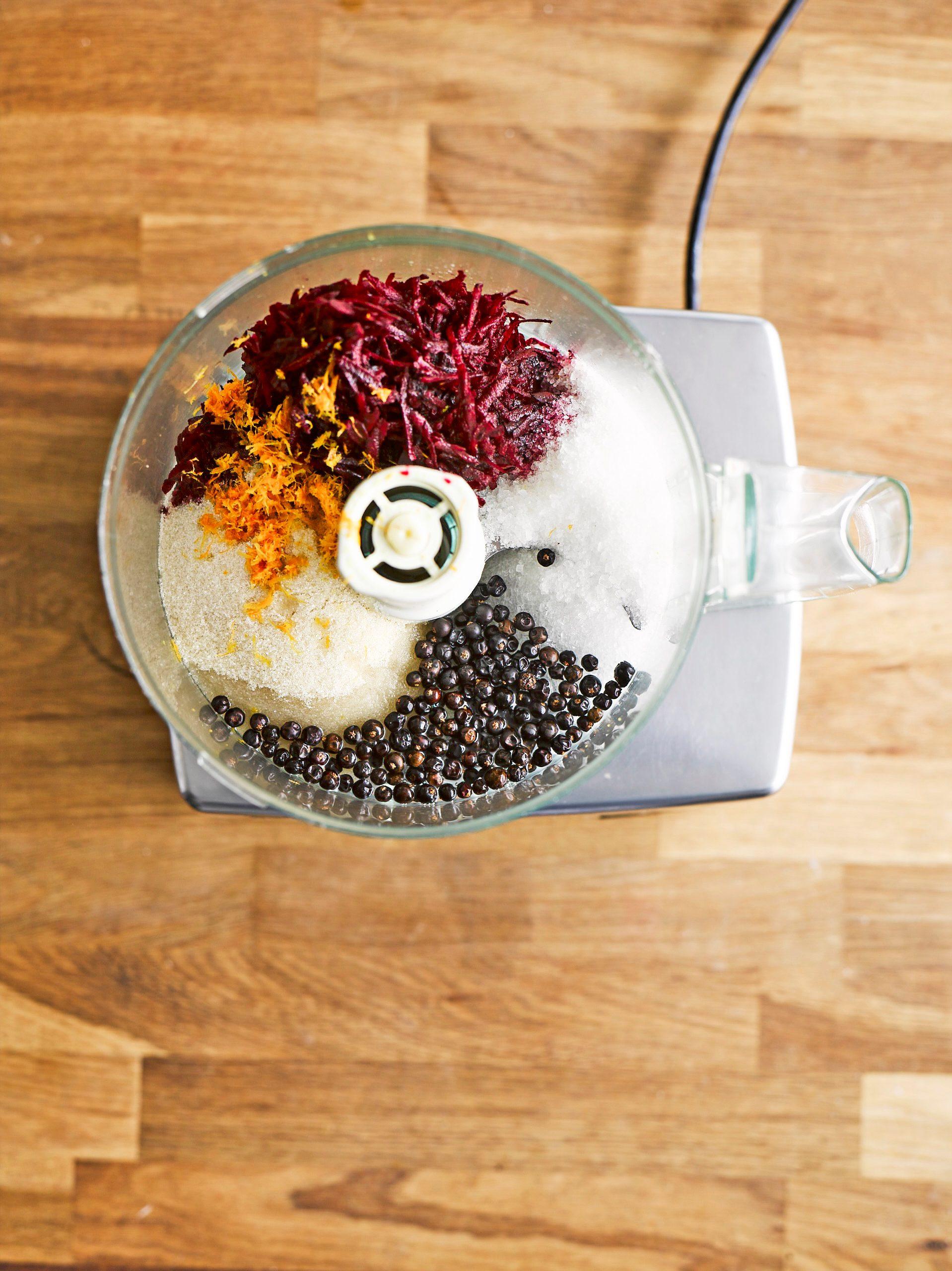 Adăugarea de ingrediente la robotul de bucătărie