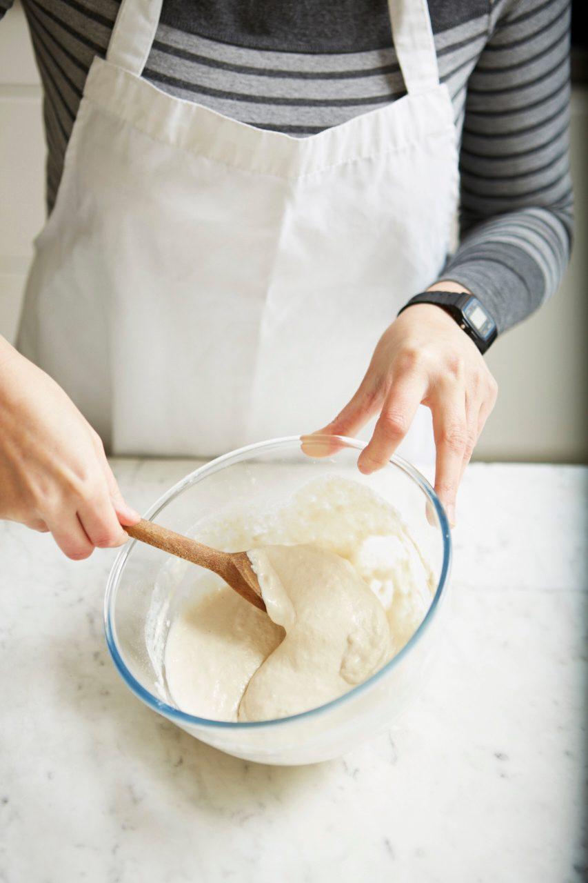 Amestecând ingredientele biga cu apă caldă pentru a face o pastă netedă