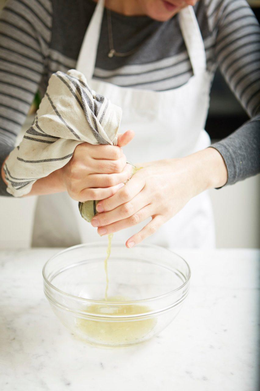 Strângeți toată apa din spanacul gătit pentru a preveni aluatul ud