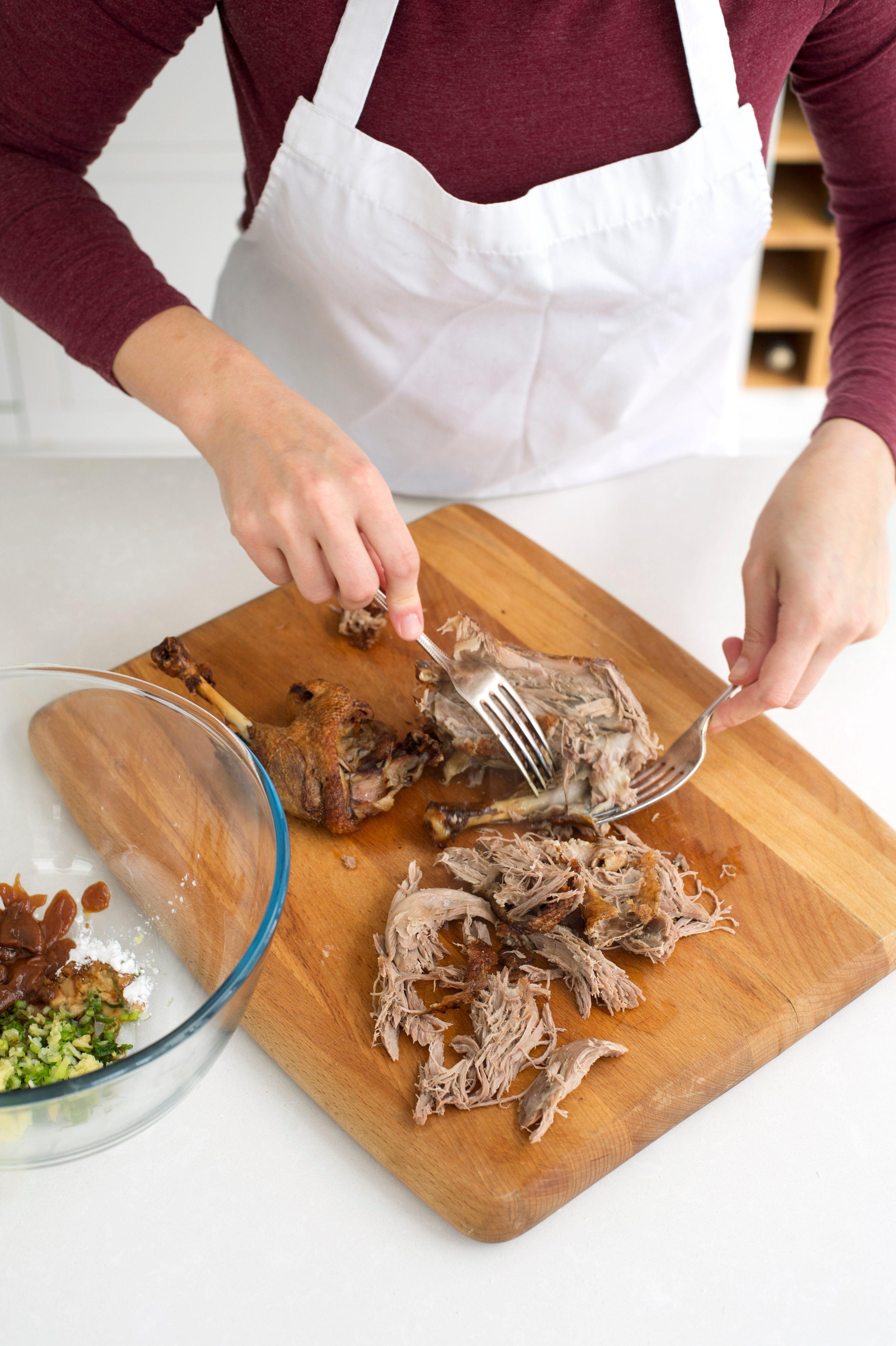 Spărgând toată pielea și carnea din oase și tocând mărunt - rețetă de gyoza de rață