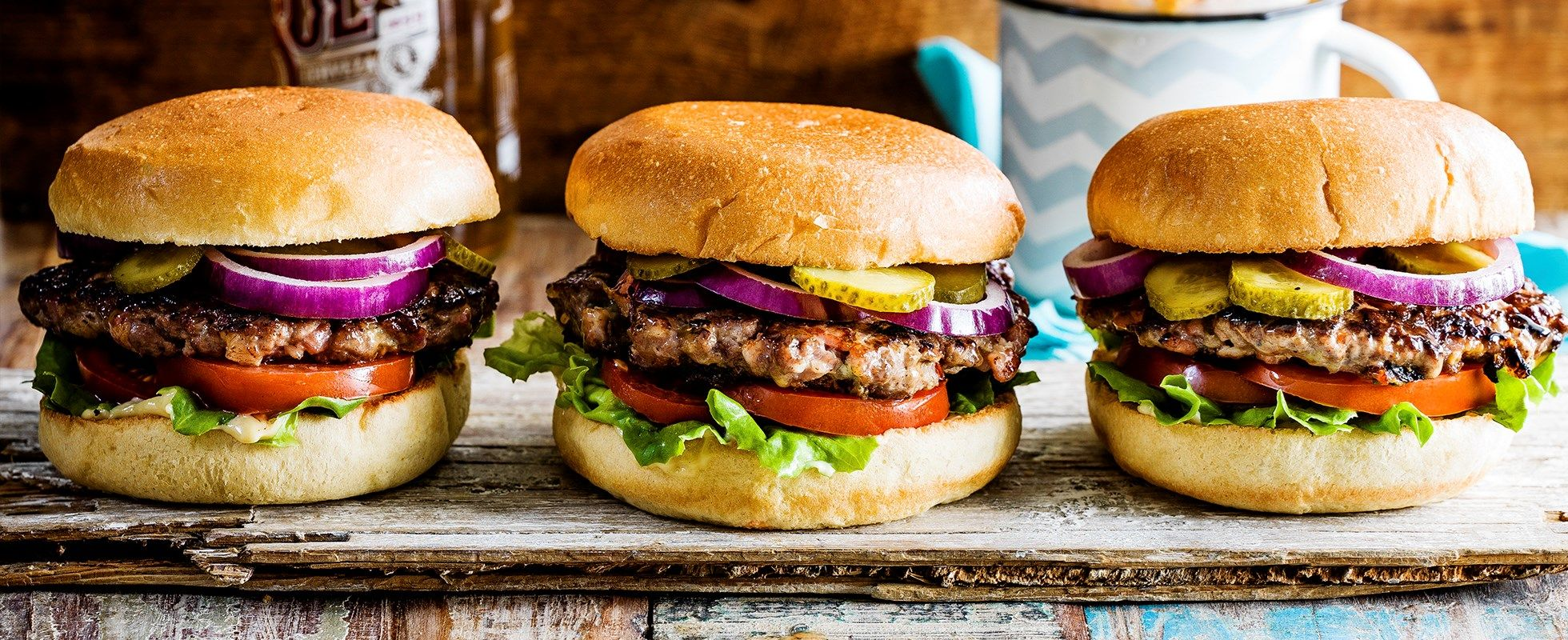 Burger umplut cu bacon și brânză albastră
