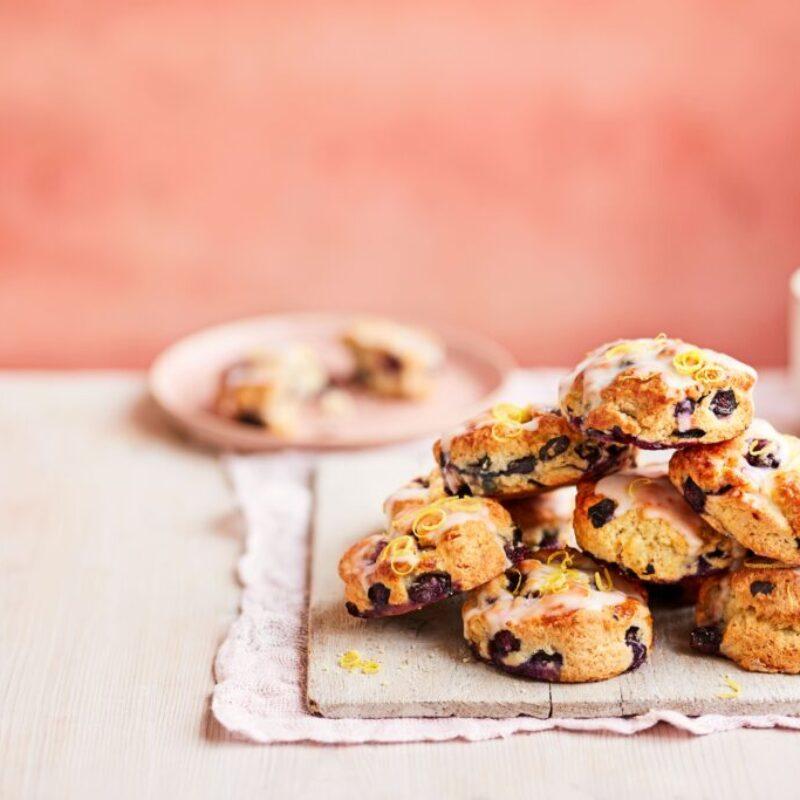 O grămadă de biscuiți de afine