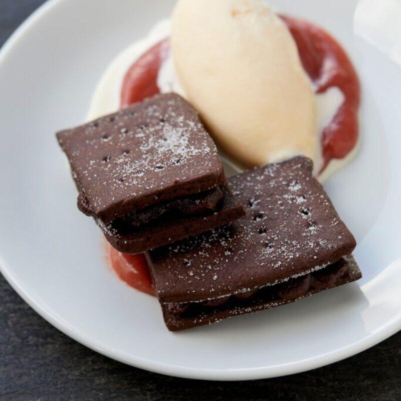 Rețetă de biscuiți Bourbon cu înghețată de rubarbă