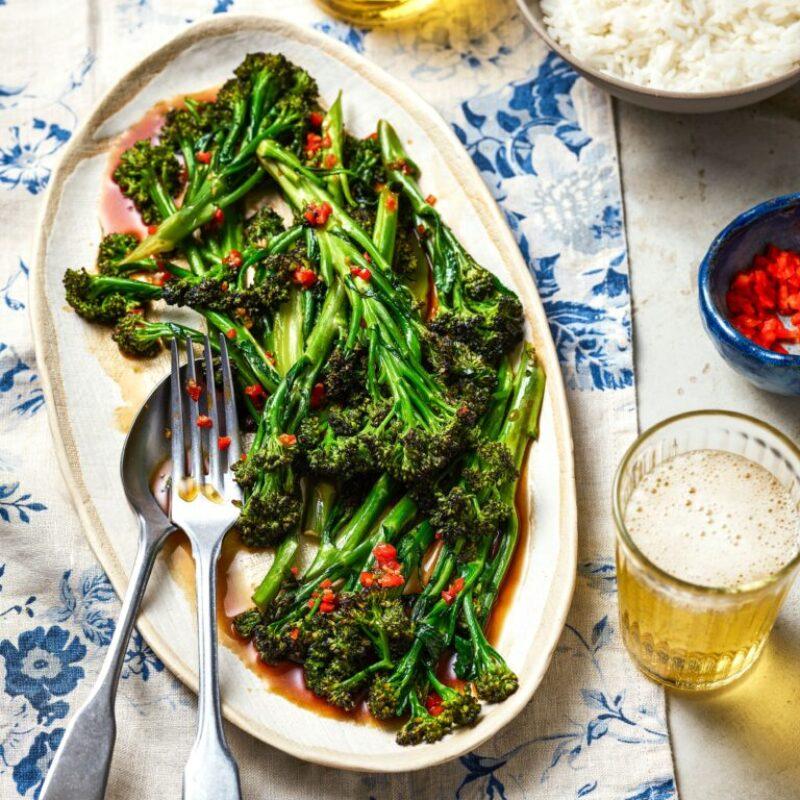 Un fel de mâncare mov cu brocoli, care încolțește cu ardei iute