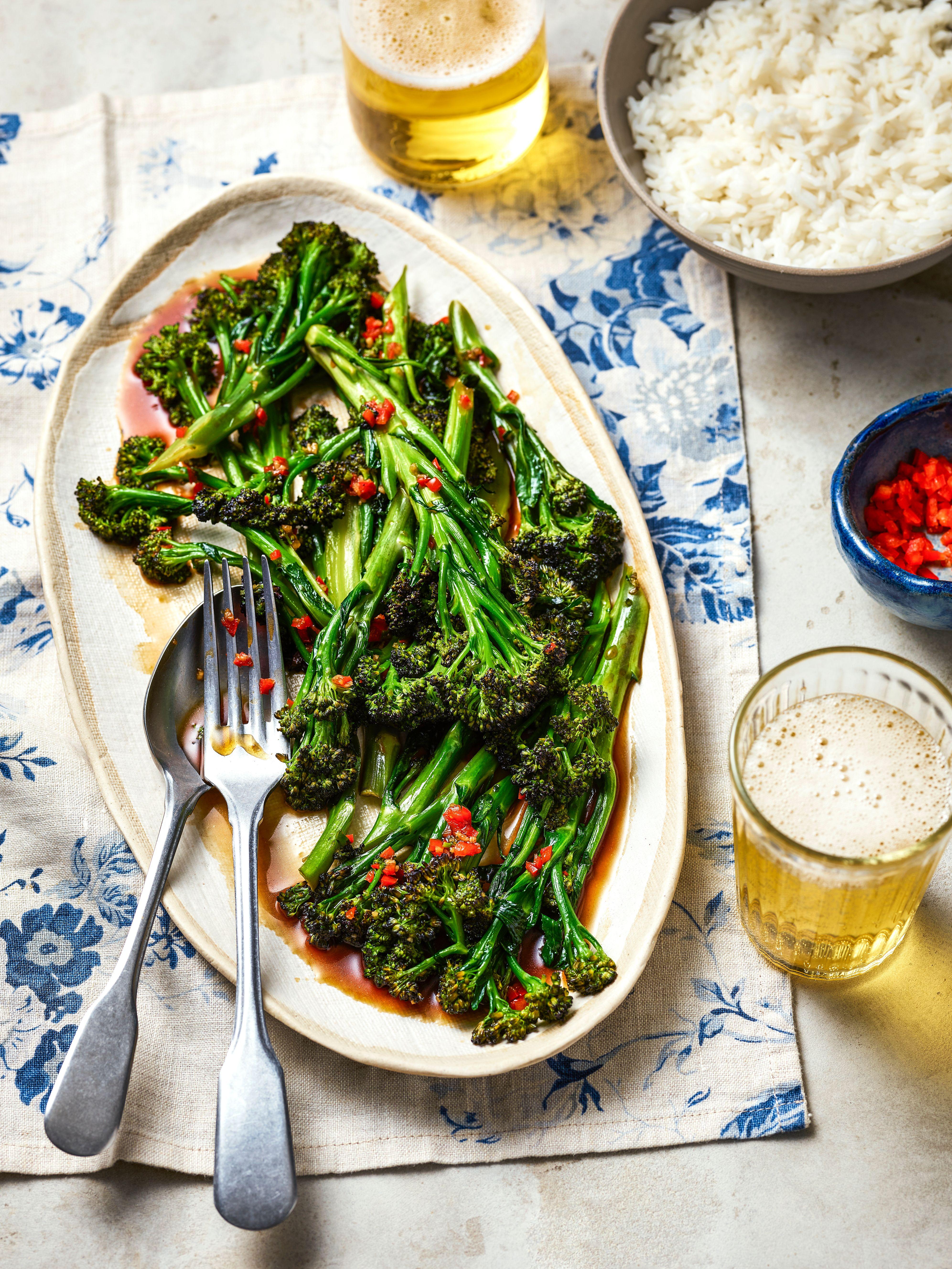 Un fel de mâncare mov cu brocoli, care încolțește, cu ardei iute