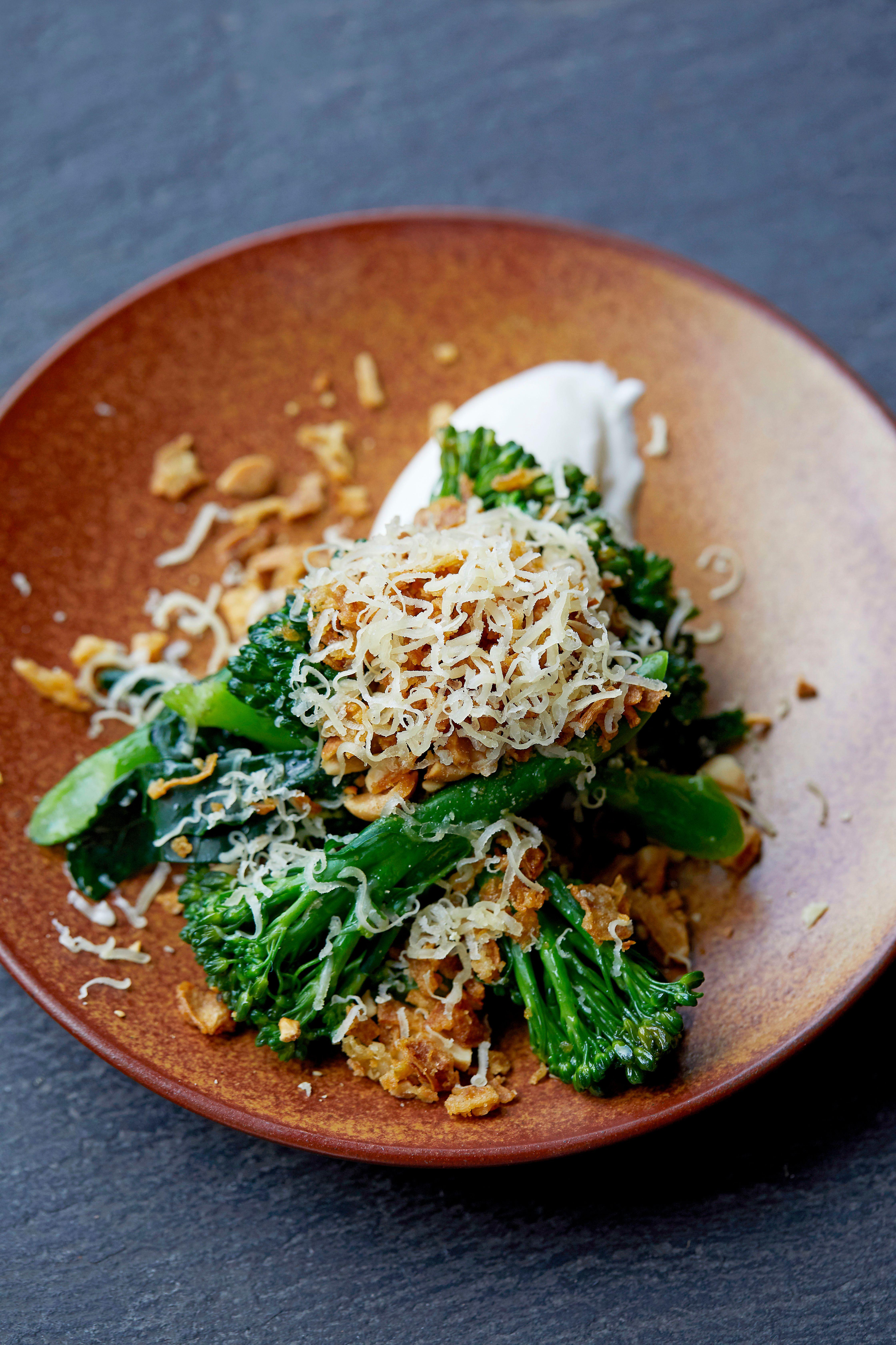 Rețetă de broccoli cu tulpină lungă cu iaurt afumat