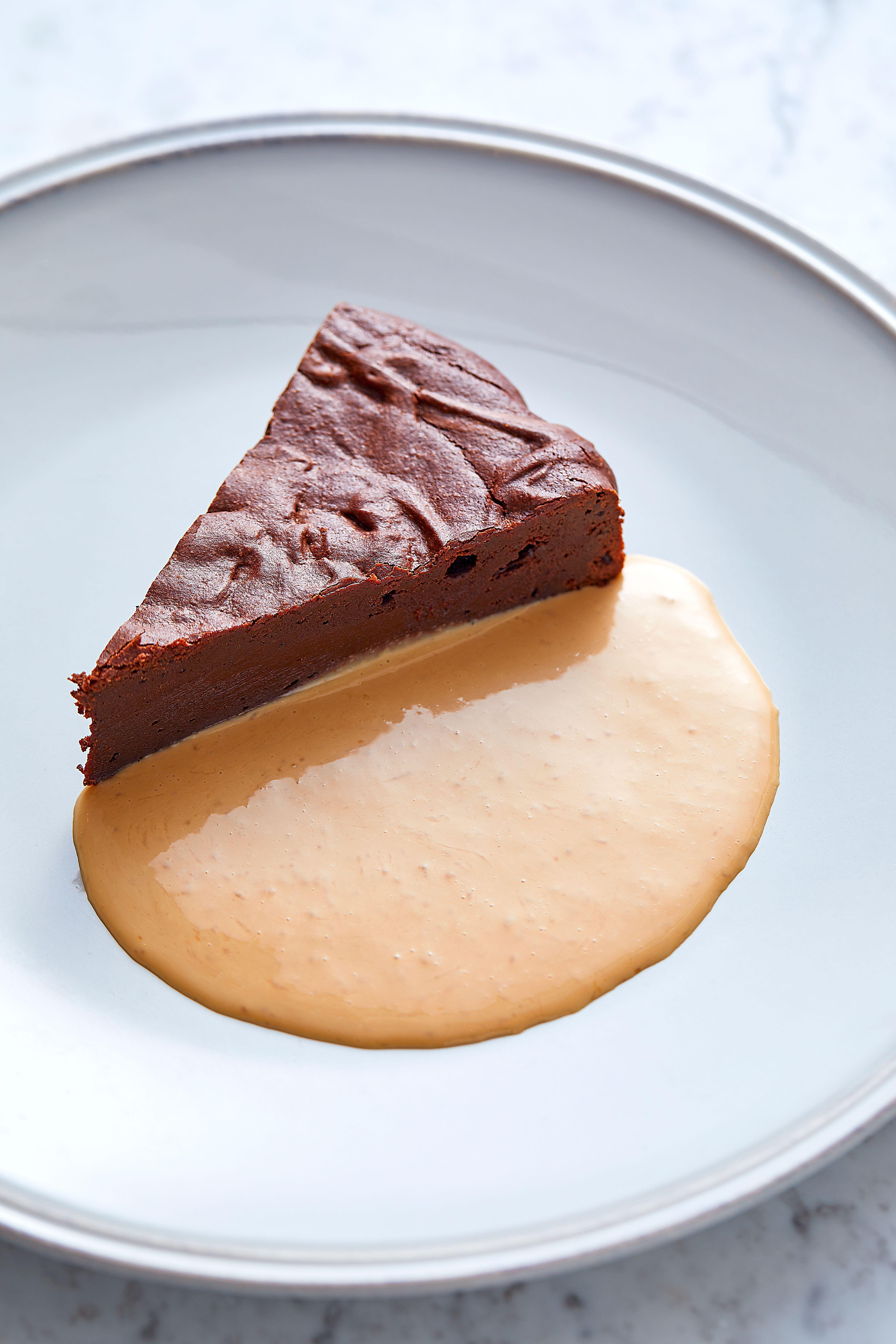 O felie de brownie de ciocolată cu cremă