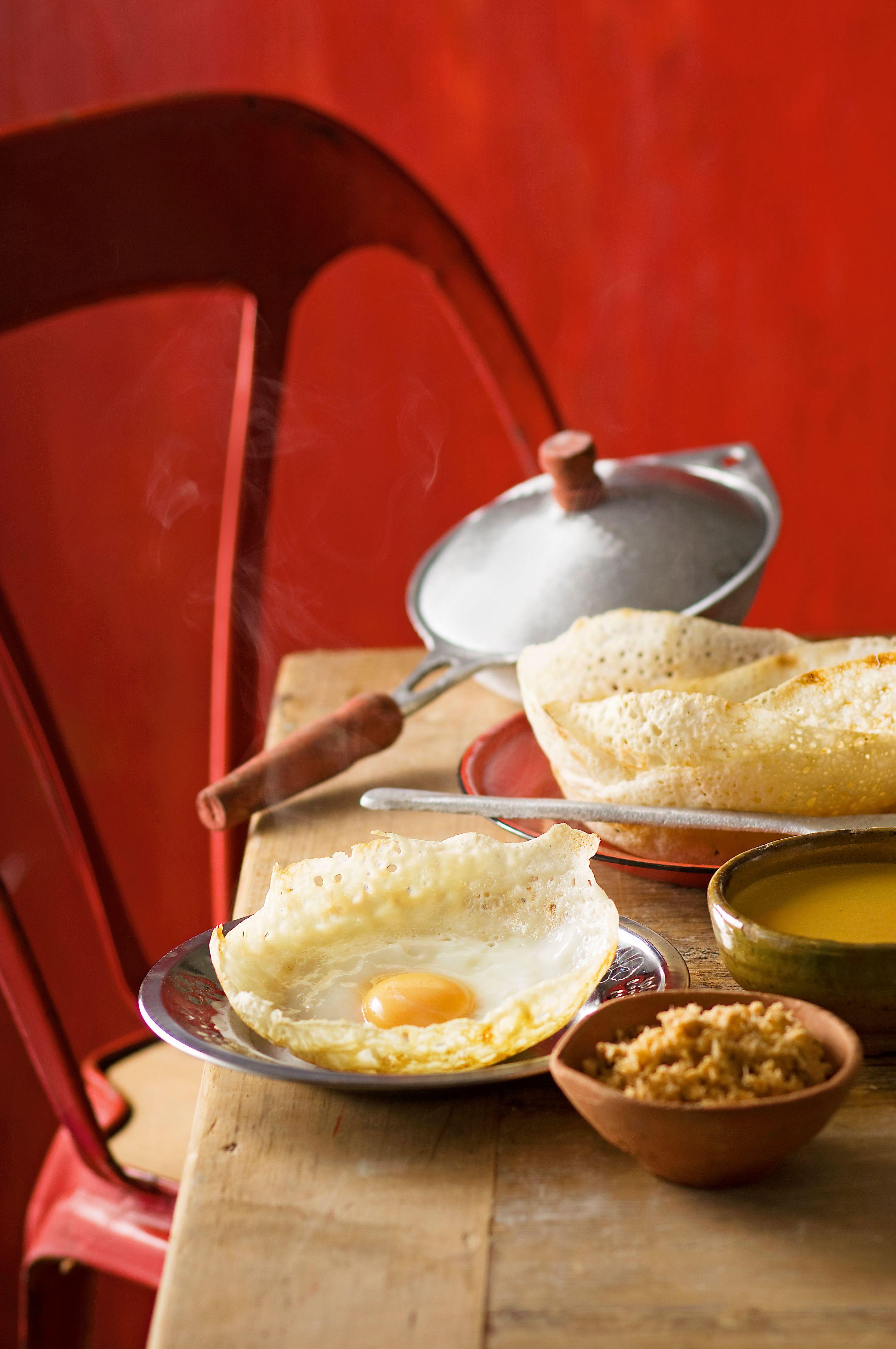 Buncăruri pentru ouă cu tigăi de gătit în fundal