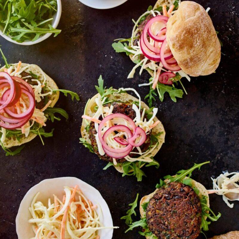 Burgers de fasole vegană: Burgeri de fasole neagră Cajun cu salată fără lactate