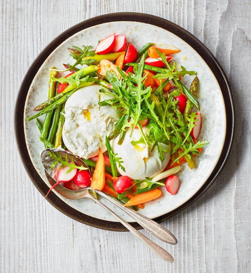 Burrata cu legume dulci și acre de primăvară
