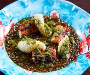 Caracatiță și calmar la grătar, linte fiertă și salsa verde