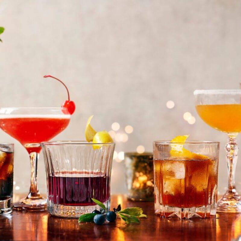 O selecție de cocktail-uri de Crăciun aliniate la rând