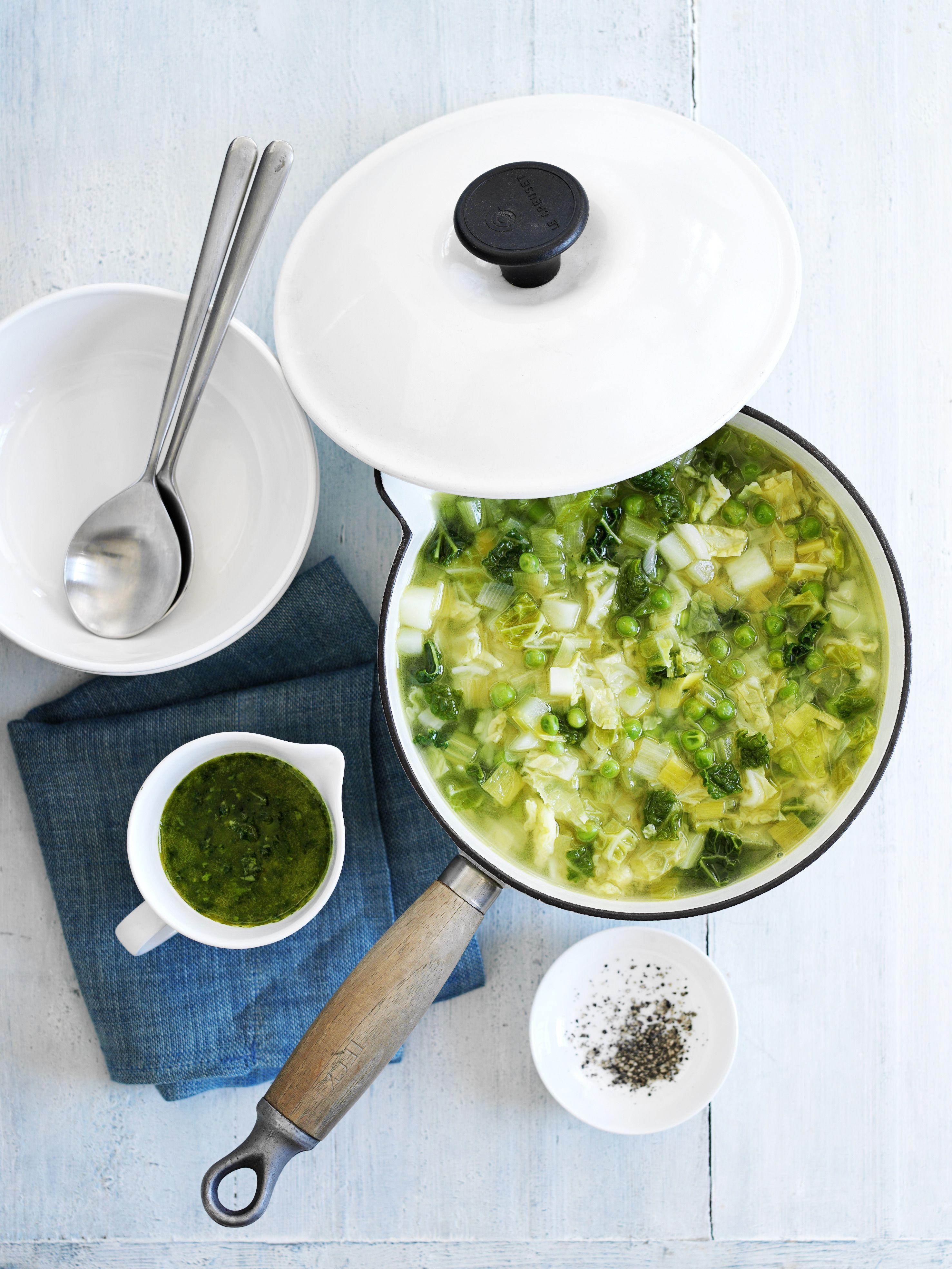 O oală cu supă de legume verzi vibrante