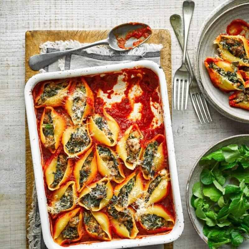 Rețetă de cârnați la cuptor și paste Kale