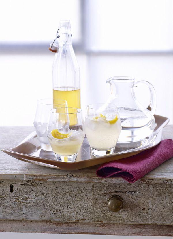Cordial de ghimbir rapid într-un ulcior cu pahare de apă și cordial