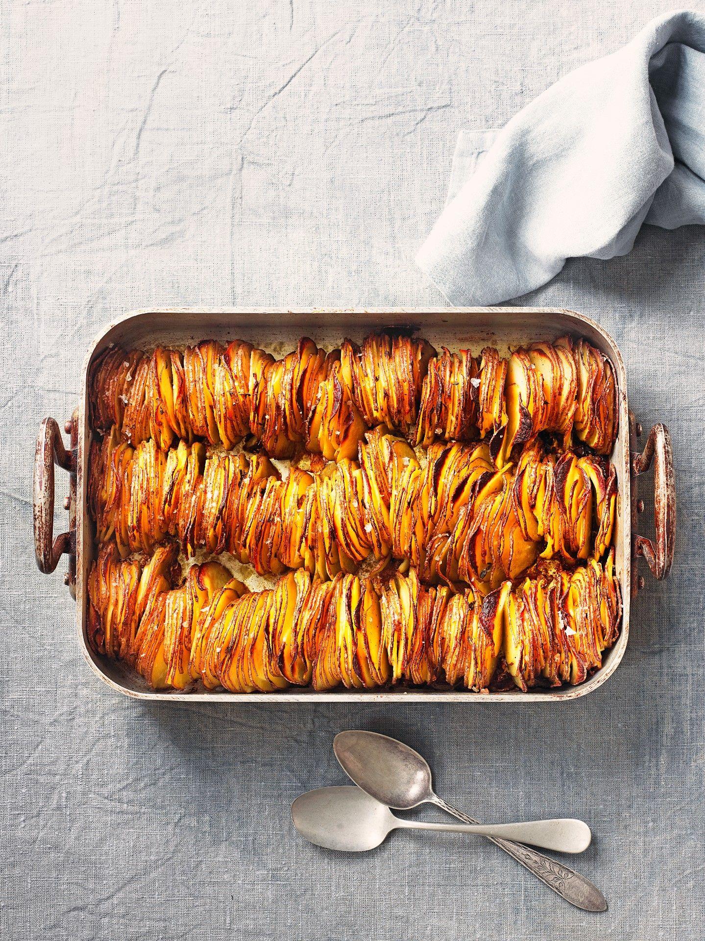 O tavă crocantă de cartofi coaceți