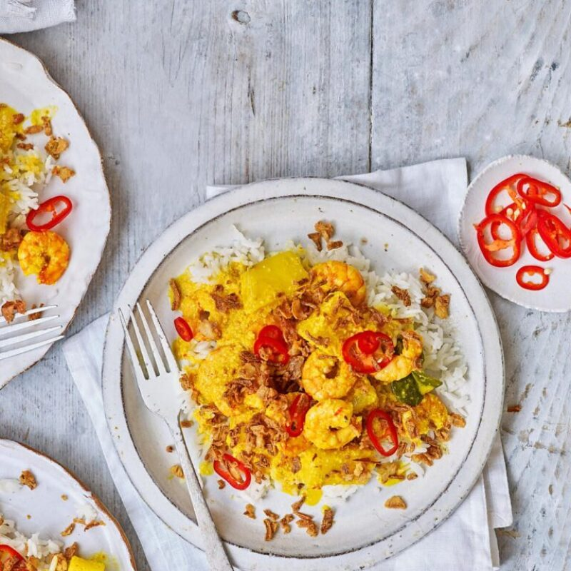 Curry de crevete și ananas din Malaezia cu ceapă crocantă