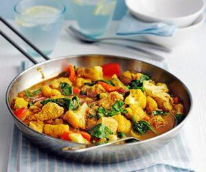 Curry de pui sănătos servit într-o tigaie mare de argint gata de servit