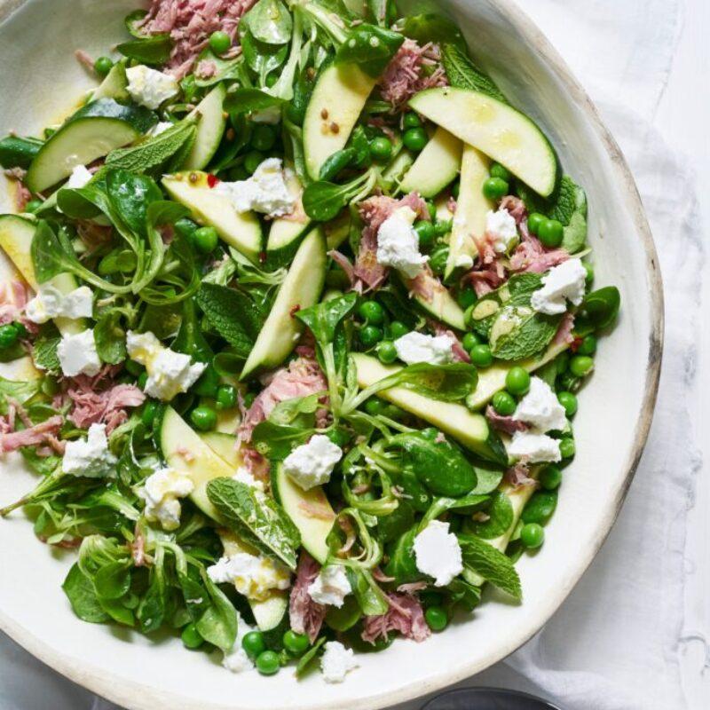 Dovlecei murați rapid, jambon, salată de mazăre și brânză de capră
