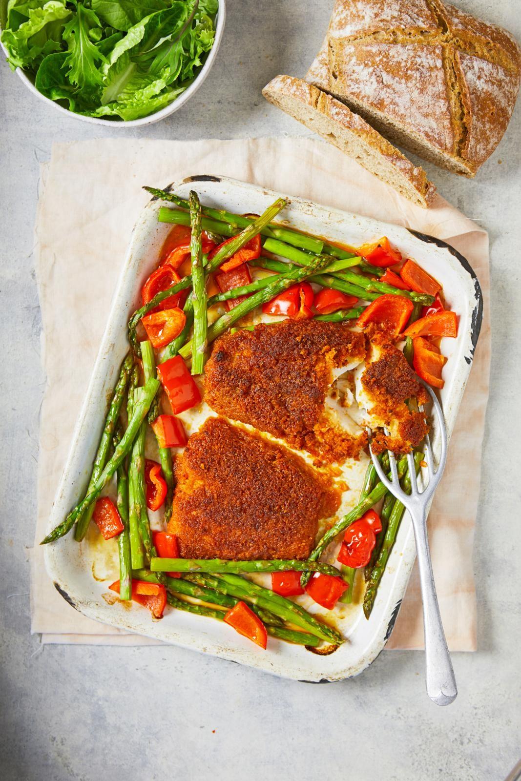 Eglefin prăjit cu crustă de chorizo, sparanghel și ardei
