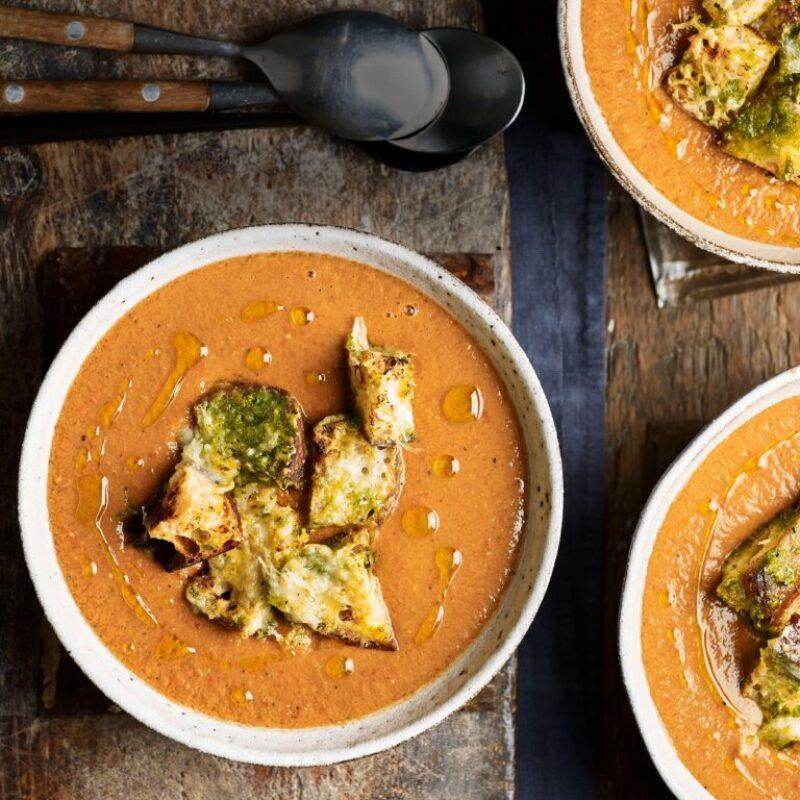 Rețetă Gazpacho cu Crutoane Brânză și Pesto