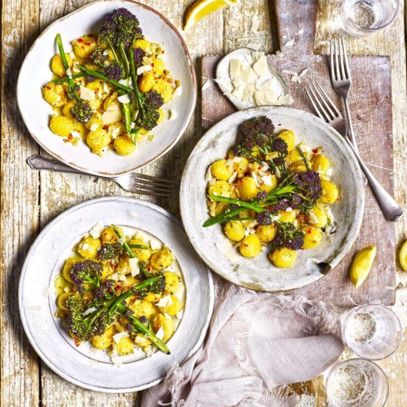 Gnocchi cu unt de usturoi cu broccoli încolțit purpuriu
