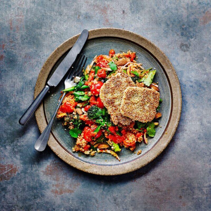 Salată de Quinoa și Halloumi cu Broccoli încolțit