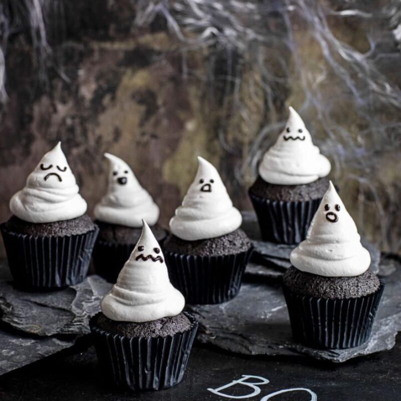 Cupcakes negri în formă de fantomă de Halloween