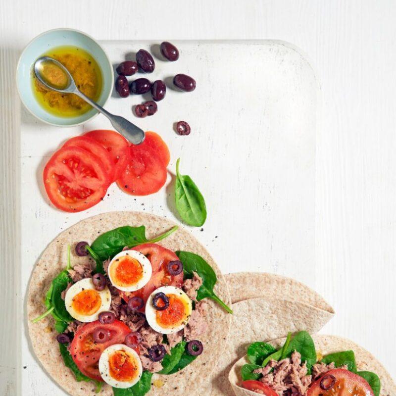 Înveliți cu ouă și salată și ton
