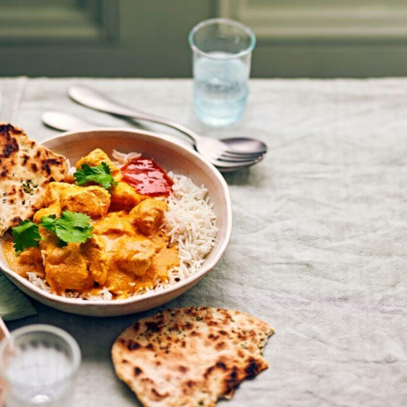 Un curry de pui cu orez și naans pe lateral