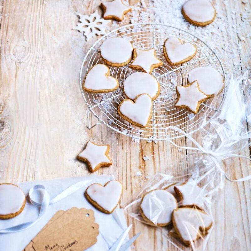 O farfurie de biscuiți în formă cu glazură albă deasupra, așezată pe o grătar