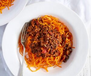 Taitei din cartofi dulci cu reteta vegetariana bolognesa