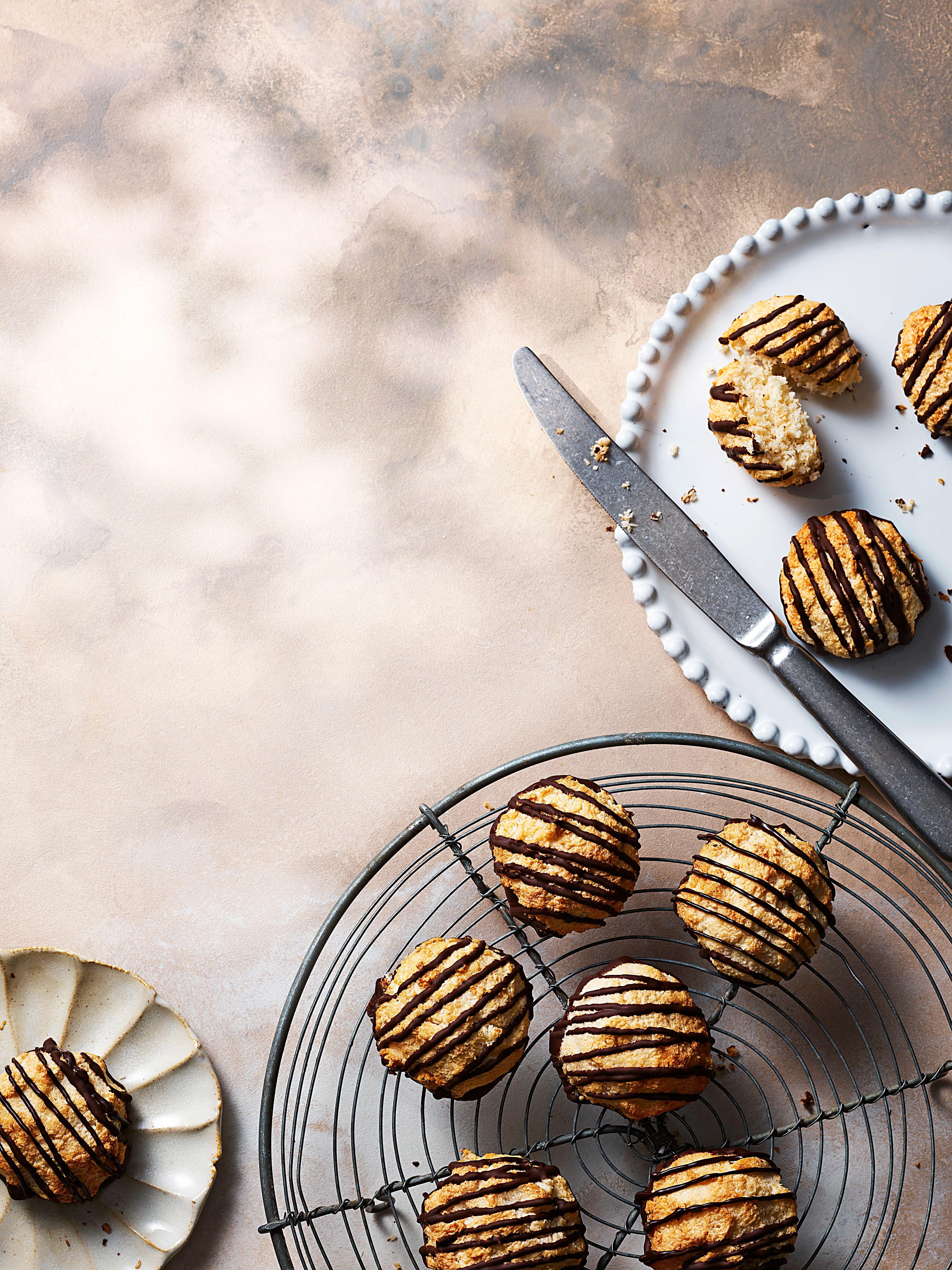 Macaroane acoperite cu ciocolată care se răcesc pe o grătar