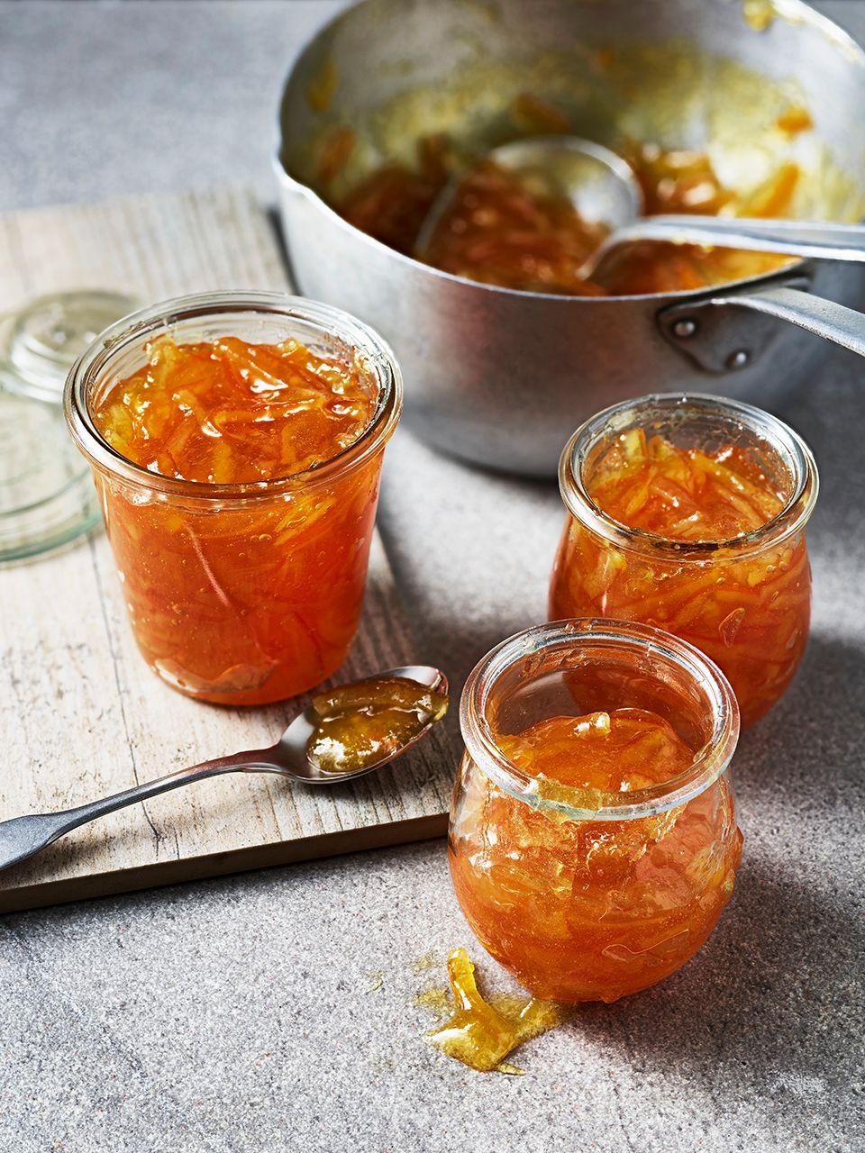 Trei borcane de marmeladă deschisă cu o lingură pe lateral