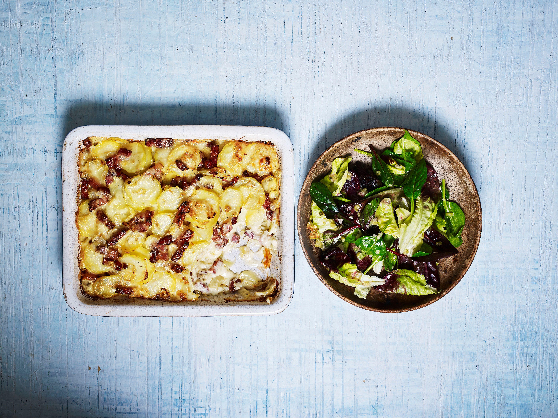 Tartiflette de cartofi cu salată de cornichon