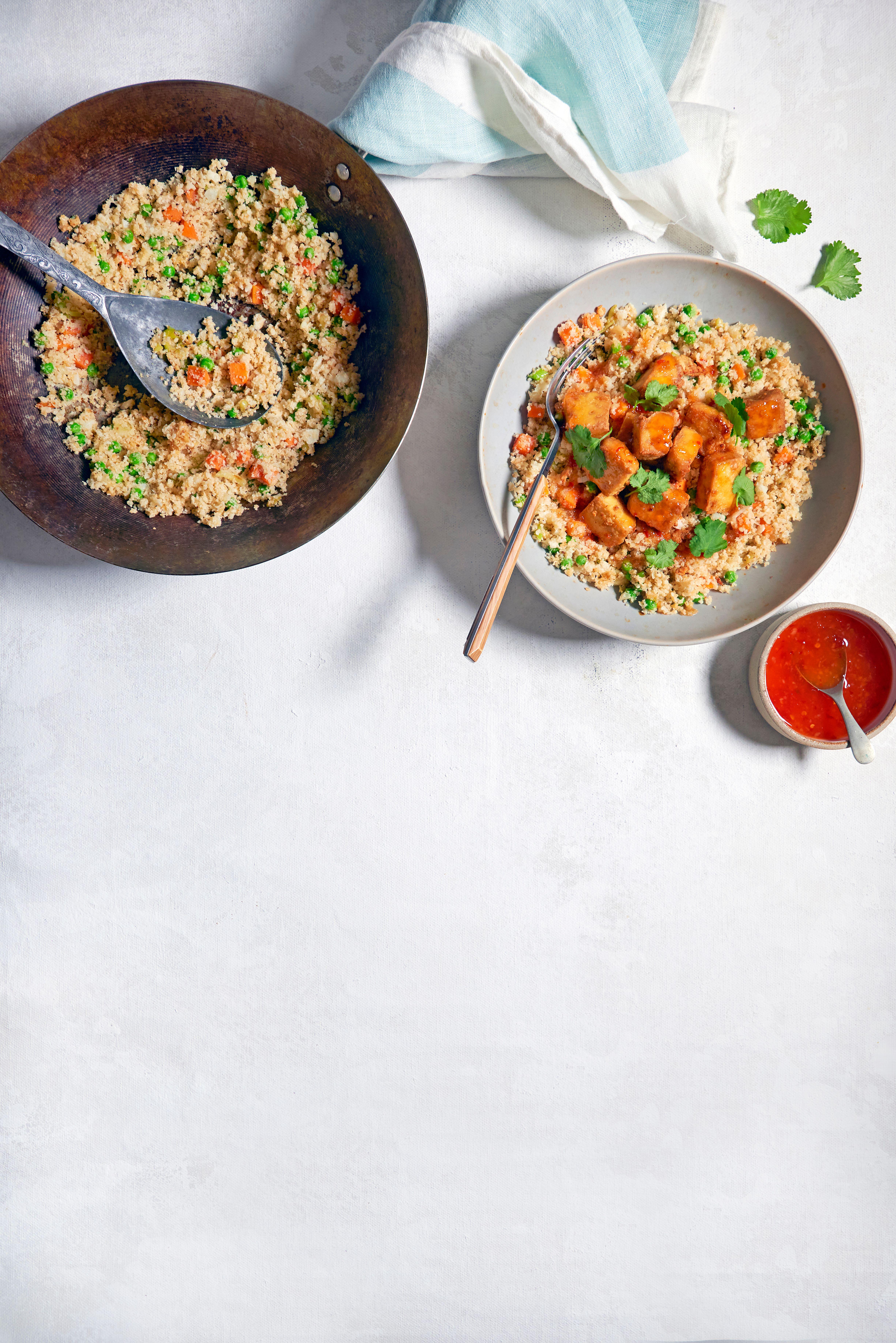 O farfurie de orez conopidă cu un sos roșu pe lateral