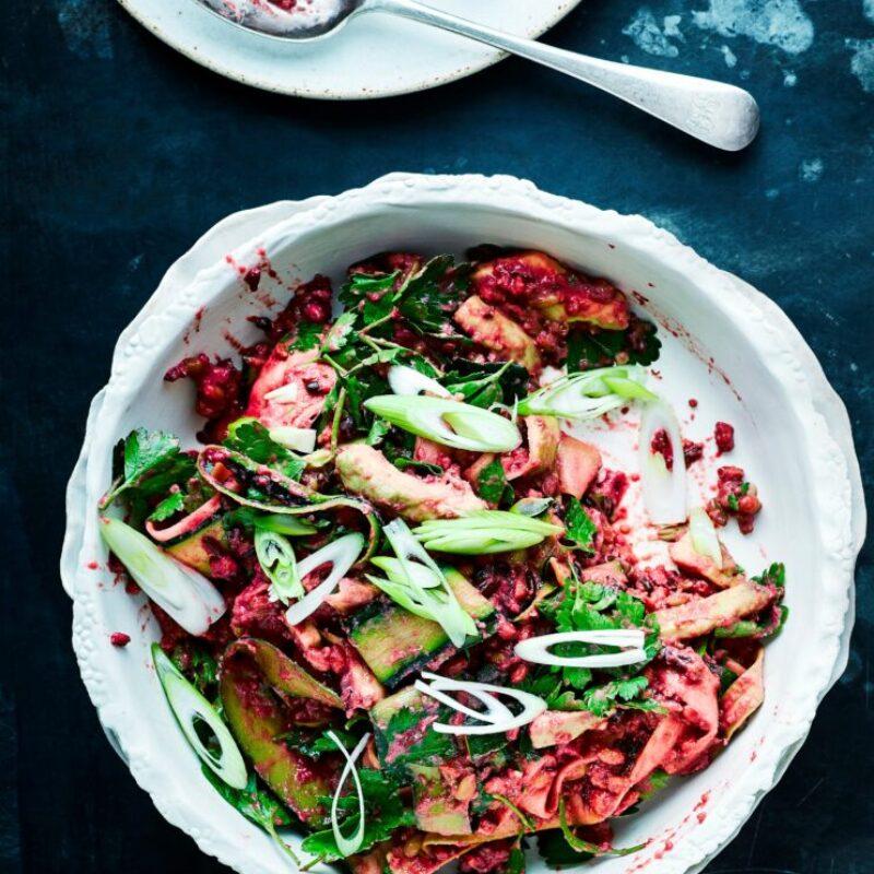 Salată de orez roșu cu reteta de sos de avocado și sfeclă blitzed