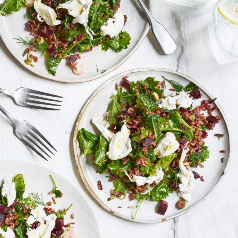 Salată ușoară de orez roșu și de varză cu burrată cremoasă și sfeclă roșie
