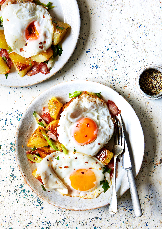 Ouă în stil restaurant cu cartofi picante servite în boluri
