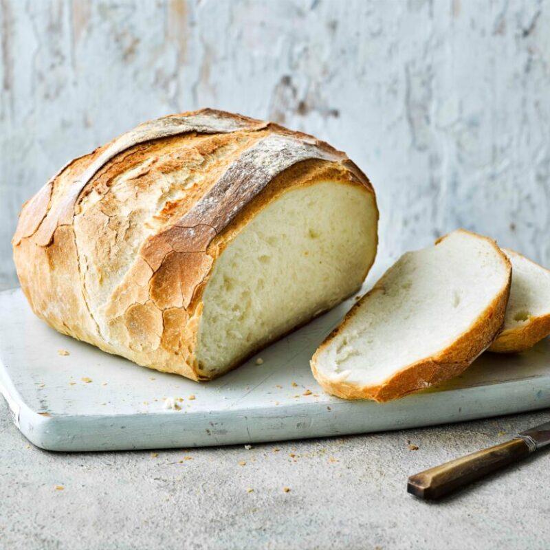 Pâine albă tăiată în felii