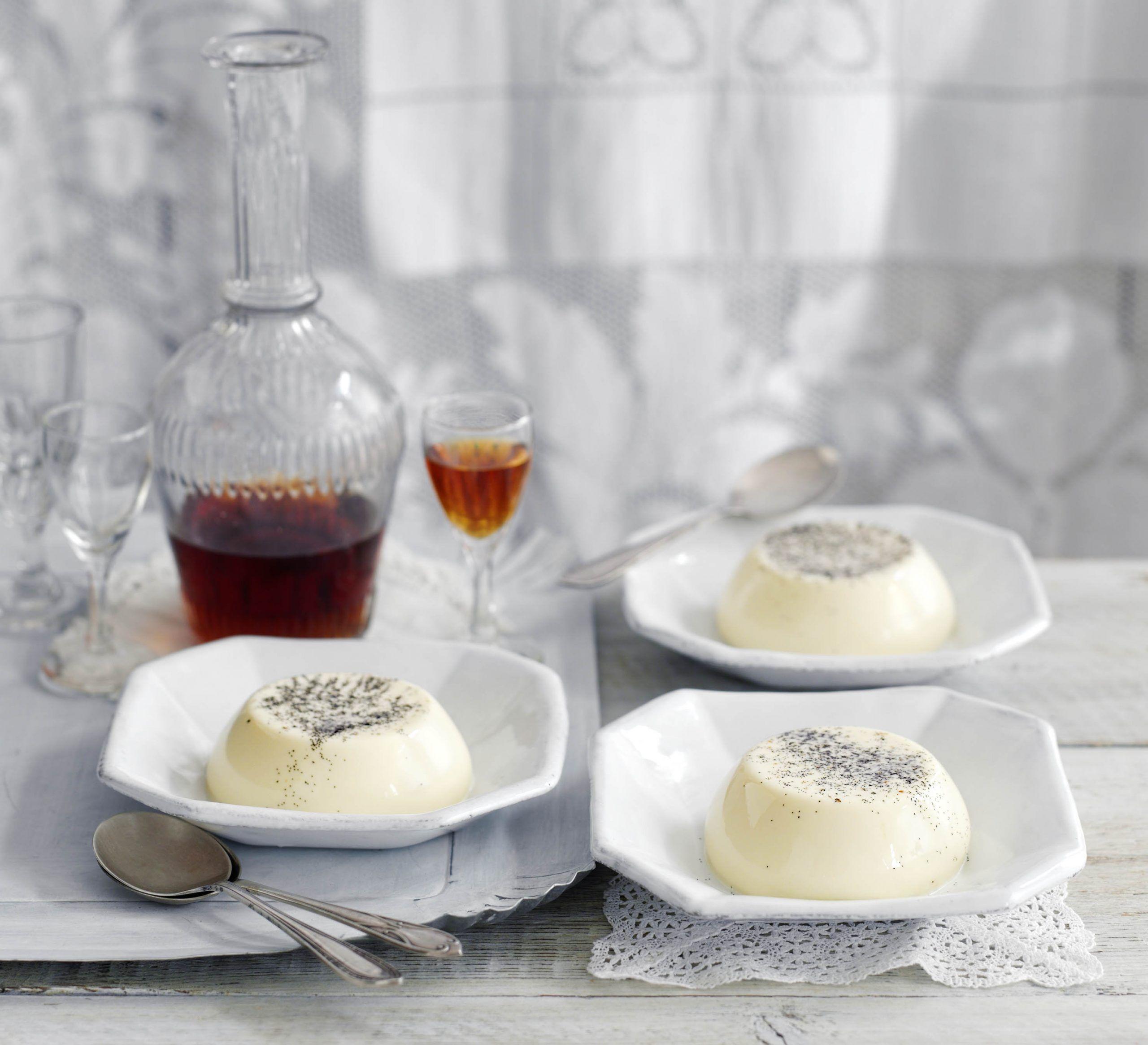 Vanilie panna cottas servite în feluri mici de culoare albă