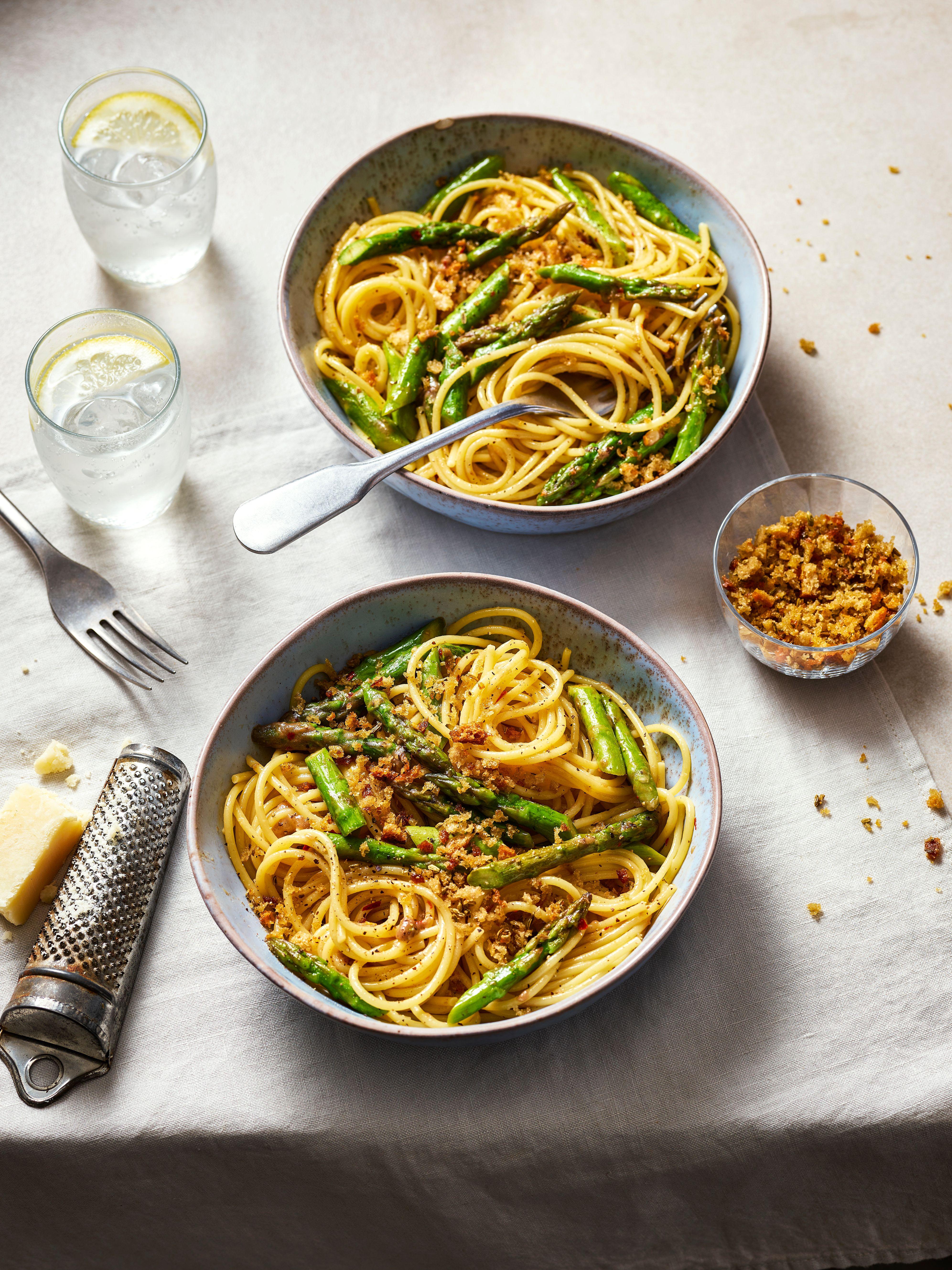 Două boluri de spaghete de sparanghel