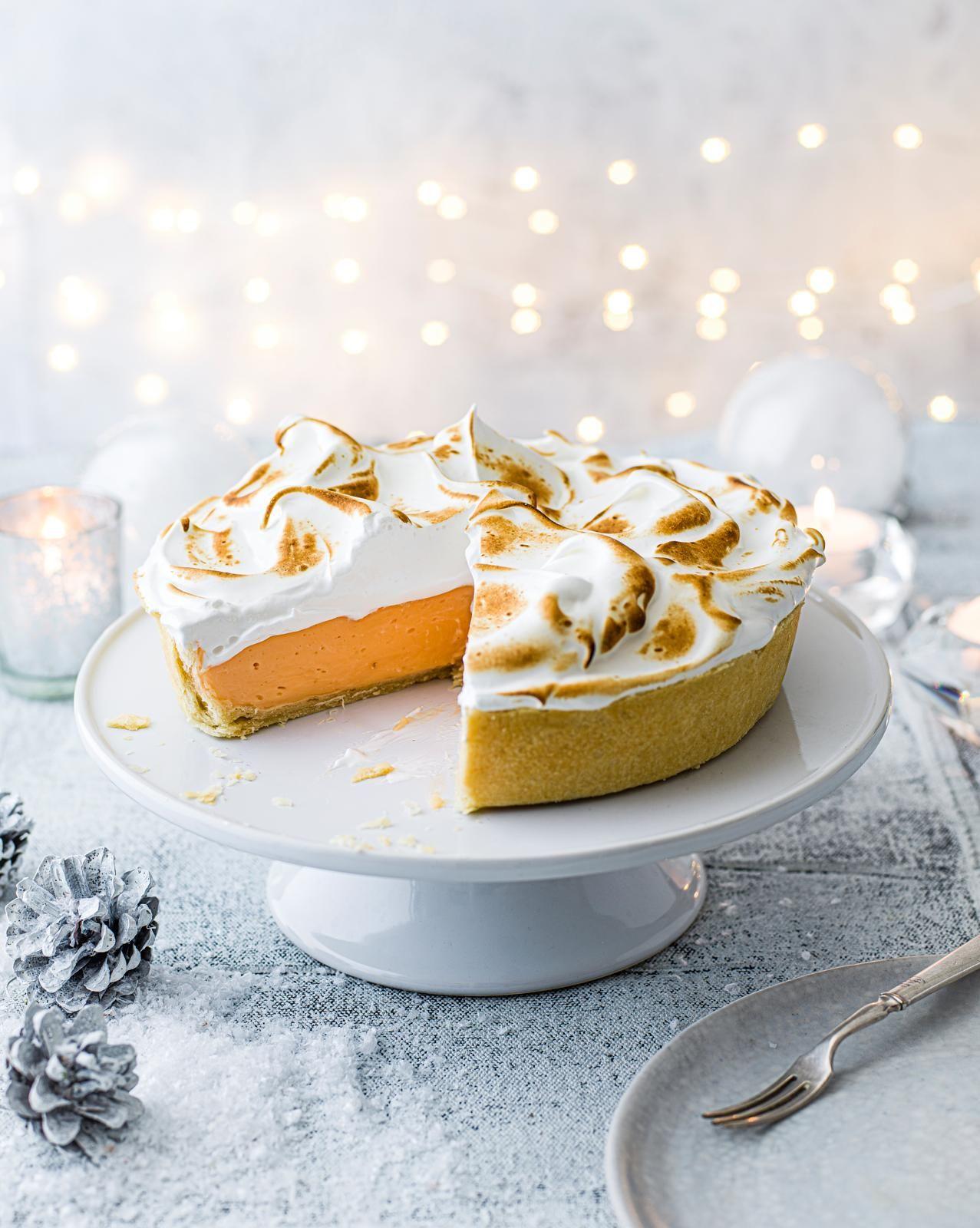 Plăcintă cu bezea Negroni pe un suport de tort alb