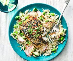 Pollock glazurat cu susan cu orez cald și salată de edamame