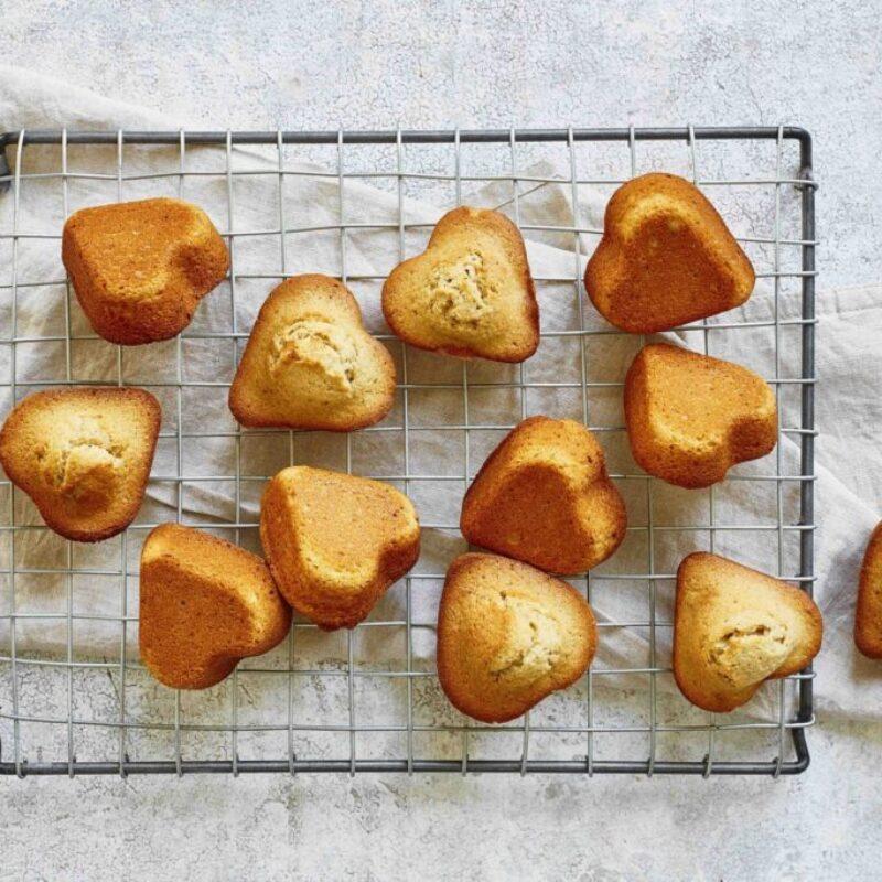 Prăjituri cu unt maro în formă de inimă