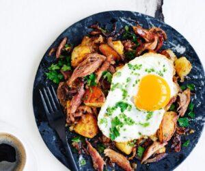 Rețetă Confit Duck cu ouă prăjite cu ardei iute