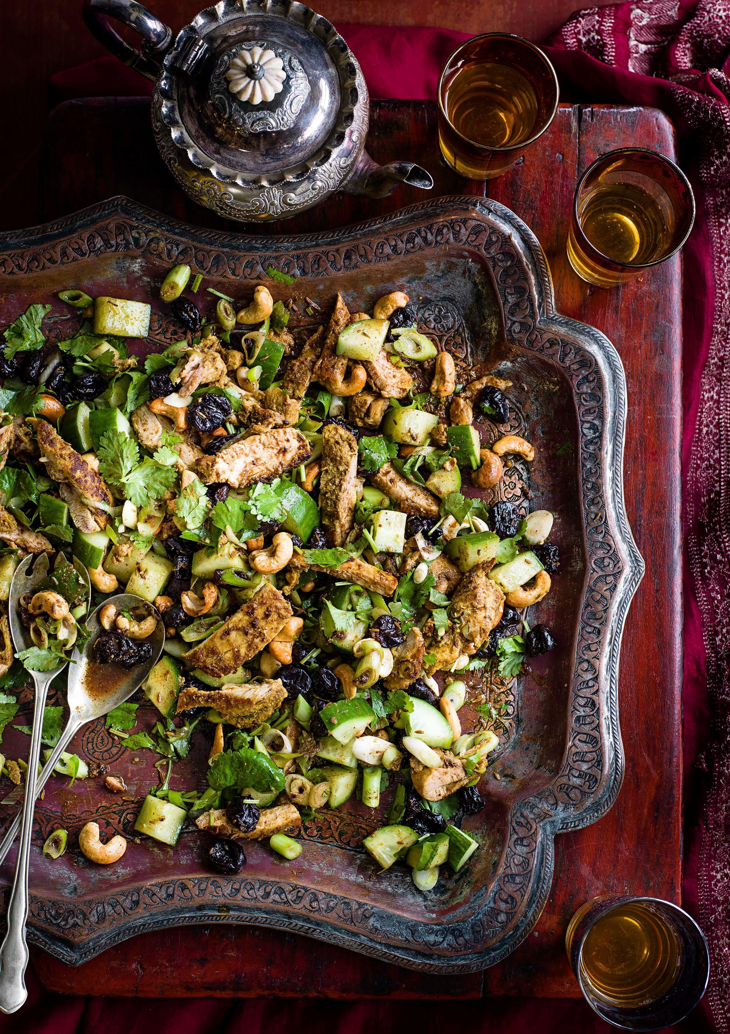 Salată de pui marinată, condimentată, cu caju și castraveți