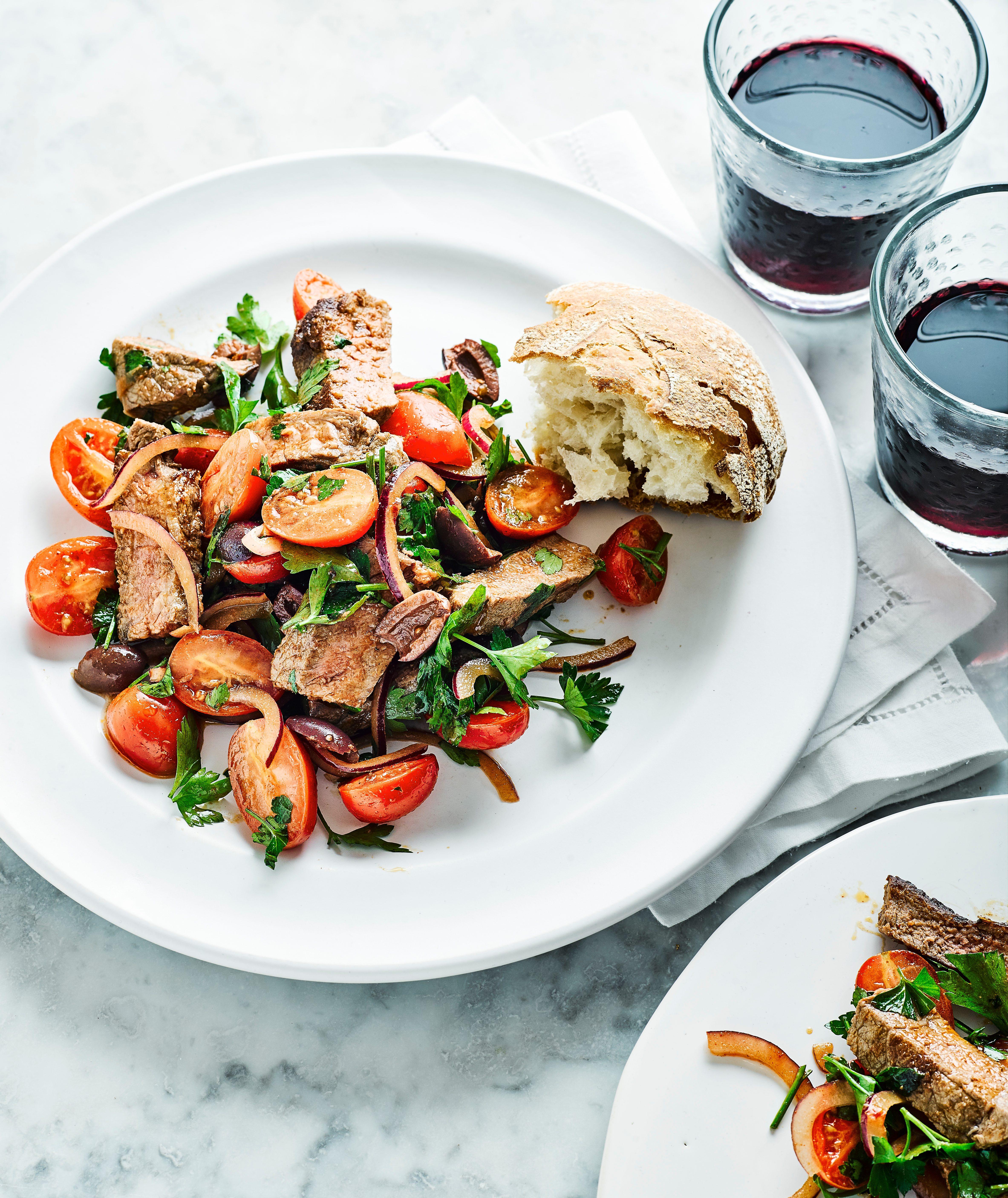 Rețetă de friptură, salată de roșii și măsline