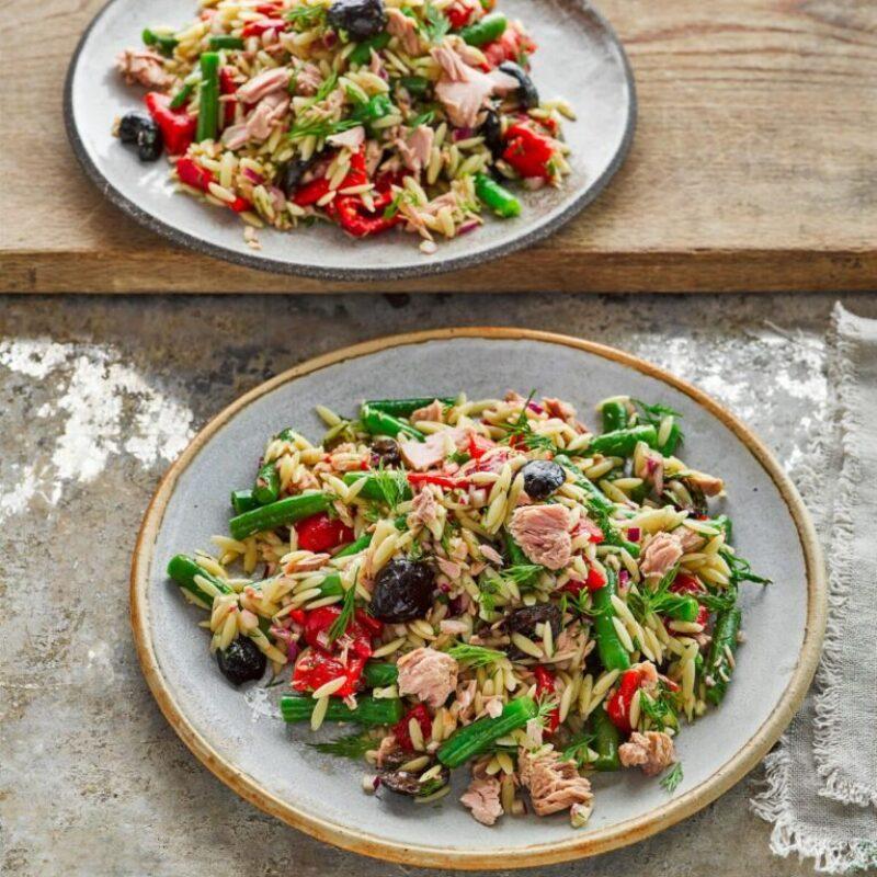 Salată de orzo, fasole și ton